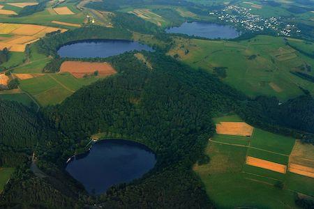 Вулканическое озеро Лахер-Зе в Германии