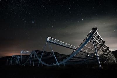 Эта огромная антенная система позволяет вести поиск быстрых радиовсплесков по всей вселенной. Удивительно, но она не имеет подвижных частей.  CHIME Collaboration