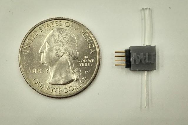 Устройство, разработанное учеными МТИ: трубка сверху нужна для подачи нитрита натрия, который затем поступает по каналу в тело человека. Четыре электрода слева позволяют подать напряжение для высвобождения оксида азота.