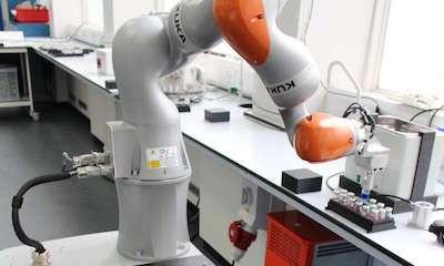 Робот успешно провел серию экспериментов в химической лаборатории