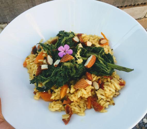 Kurkuma-Curry-Paella mit Brennnesselrahmspinat