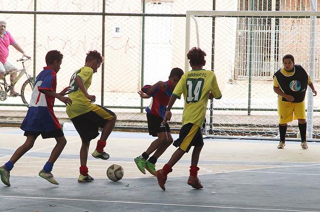 Para desempenhar um bom jogo de futsal é necessário que o aluno tenha pleno  domínio dos fundamentos do futsal. e9b0e7736052e