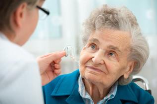 Rund 50 % der Senioren behandeln Hörprobleme nicht