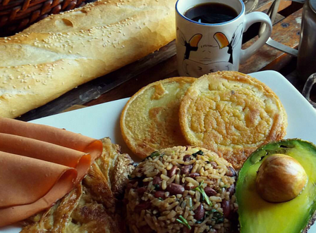 "Desayuno costarricense. Tomada en la escuela ""Costa Rica network food"". (Image by Aleat88 via Wikipedia)"