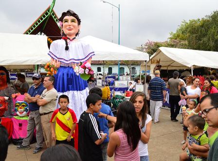 La Feria Nacional de la Mascarada atrae turistas nacionales y extranjeros cada año. (Image by Victor Quirós A via Wikipedia)