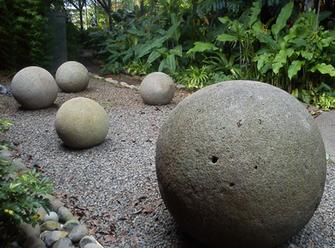 Alineación de esferas de piedra en el Museo Nacional de Costa Rica. Las esferas de piedra del Valle del Diquis son símbolos de identidad nacional de este país. (Image by Rodtico21 via Wikipedia)