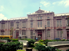 La Escuela Buenaventura Corrales, conocida como «Edificio metálico». Construida en 1889 en hierro sólido e inspirada en el diseño del arquitecto belga Joseph Danly, es patrimonio de la educación costarricense. (Image by Rodtico21 via Wikipedia)