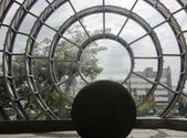 Esfera de piedra precolombina dentro de otra esfera de vidrio y acero inoxidable ubicada en la entrada del Museo Nacional de Costa Rica, como símbolo permanente de la identidad nacional. (Image by Axxis10 via Wikipedia)