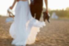 Жених и невеста идут по песку