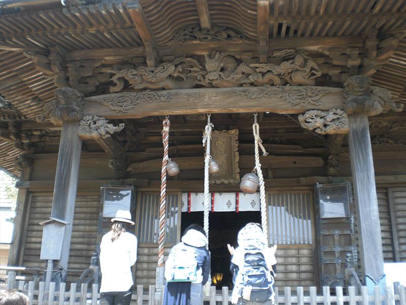 西叶神社 正面 立派な宮彫り龍が参拝者をお出迎え