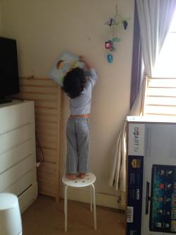 Eu, tirando meu quadro da parede.jpg