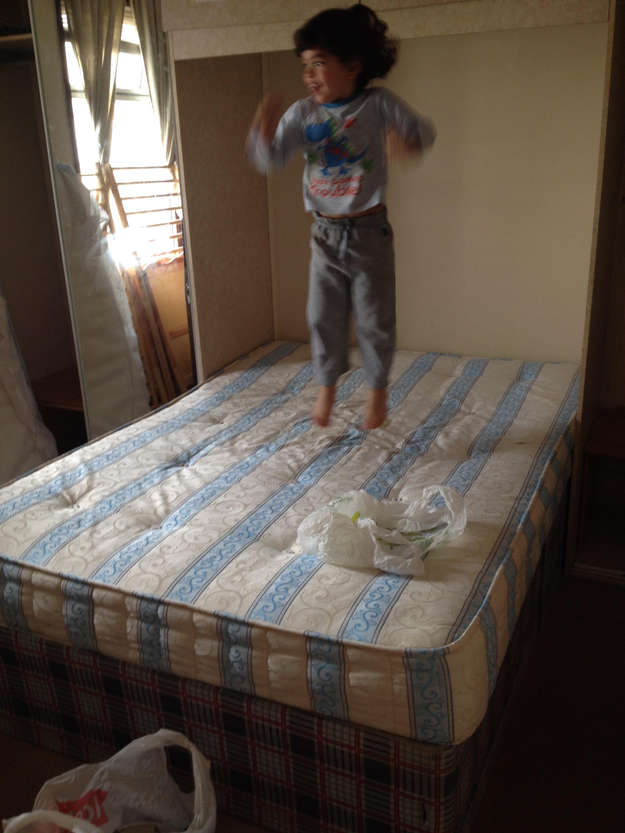 Eu, pulando na cama da mamãe.jpg