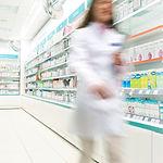 Farmacéutico en el pasillo de Farmacia
