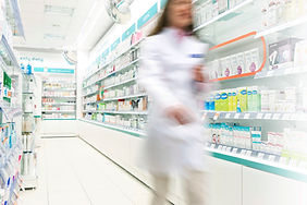 Farmacêutico no corredor de Farmácia