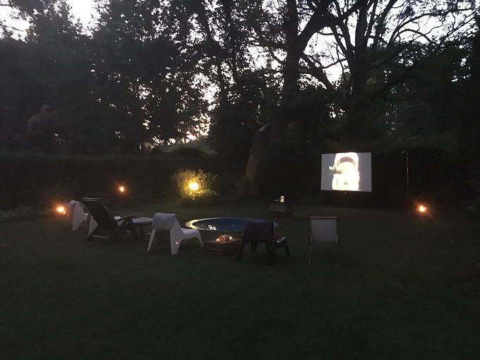 Kino letnie w ogrodzie w klubie tenisowym Tenis w Rybienku Leśnym