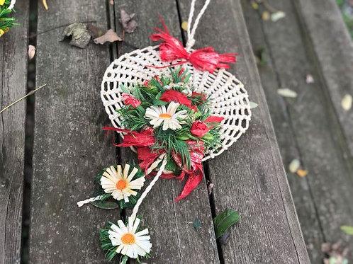 Decorazione rotonda con fiori lavorata a mano