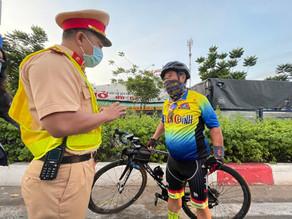 Xe đạp đi vào làn ô tô bị CSGT phạt: 'Tập thể dục ai cũng đi vậy!'
