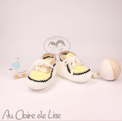 Petite paire de baskets en laine tricotée main de couleur jaune et blanc