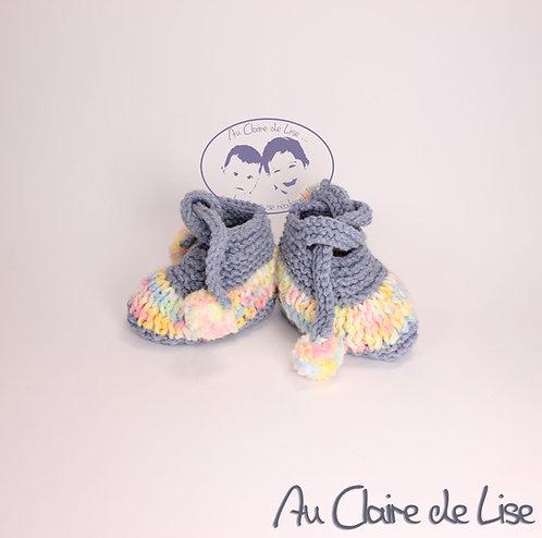 Petits chaussons en laine tricoté main avec petits pompons pour bébé 3/6 mois