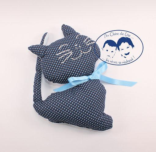 Coussin chat petits motif, brodé à la main avec ruban couleur bleu