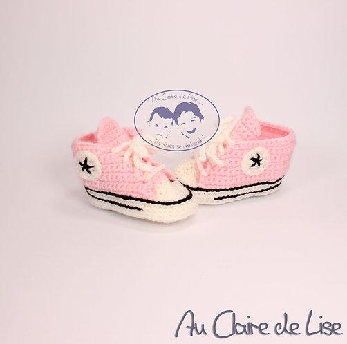 Petite paire de baskets en laine tricotée main de couleur rose et blanc
