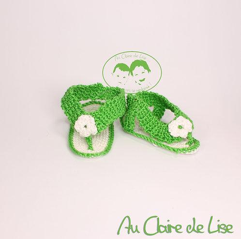 Petite paire de tong tricotée main de couleur vert pomme et blanc