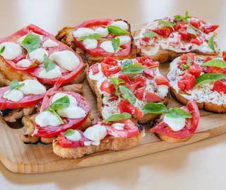 Tapas de tomate y queso