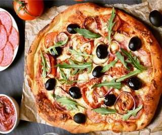 Pizza individual con tomate y aceitunas
