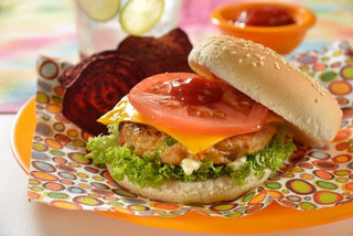 Hamburguesa de pollo con verduras