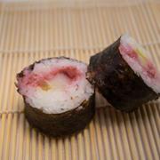 10. Pezma, daikon y salsa de remolacha