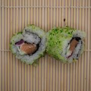 13. Salmón, cebolla roja, salsa wasabi y crunch
