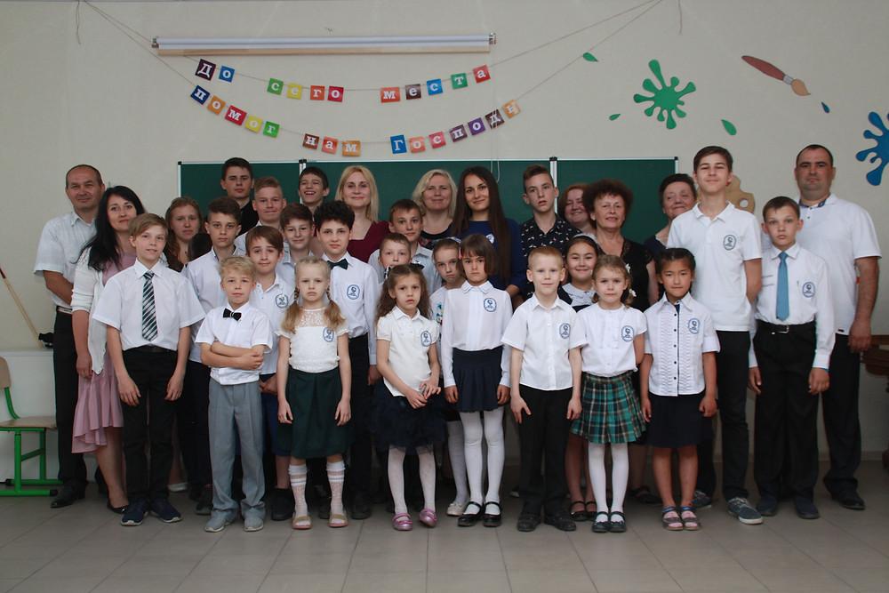 Первые ученики Первой адвентистской Школы будущего закончили свой первый учебный год. Ученики счастливы, каникулы, Ура! Родители счастливы, дети подтянулись в учебе и показали хорошие знания.