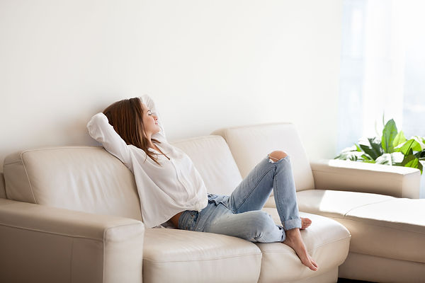 Donna divano.jpg