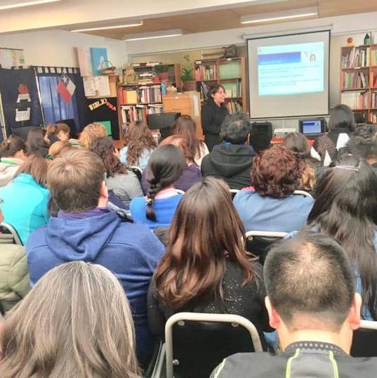 Una de las muchas charlas formativas en Colegios
