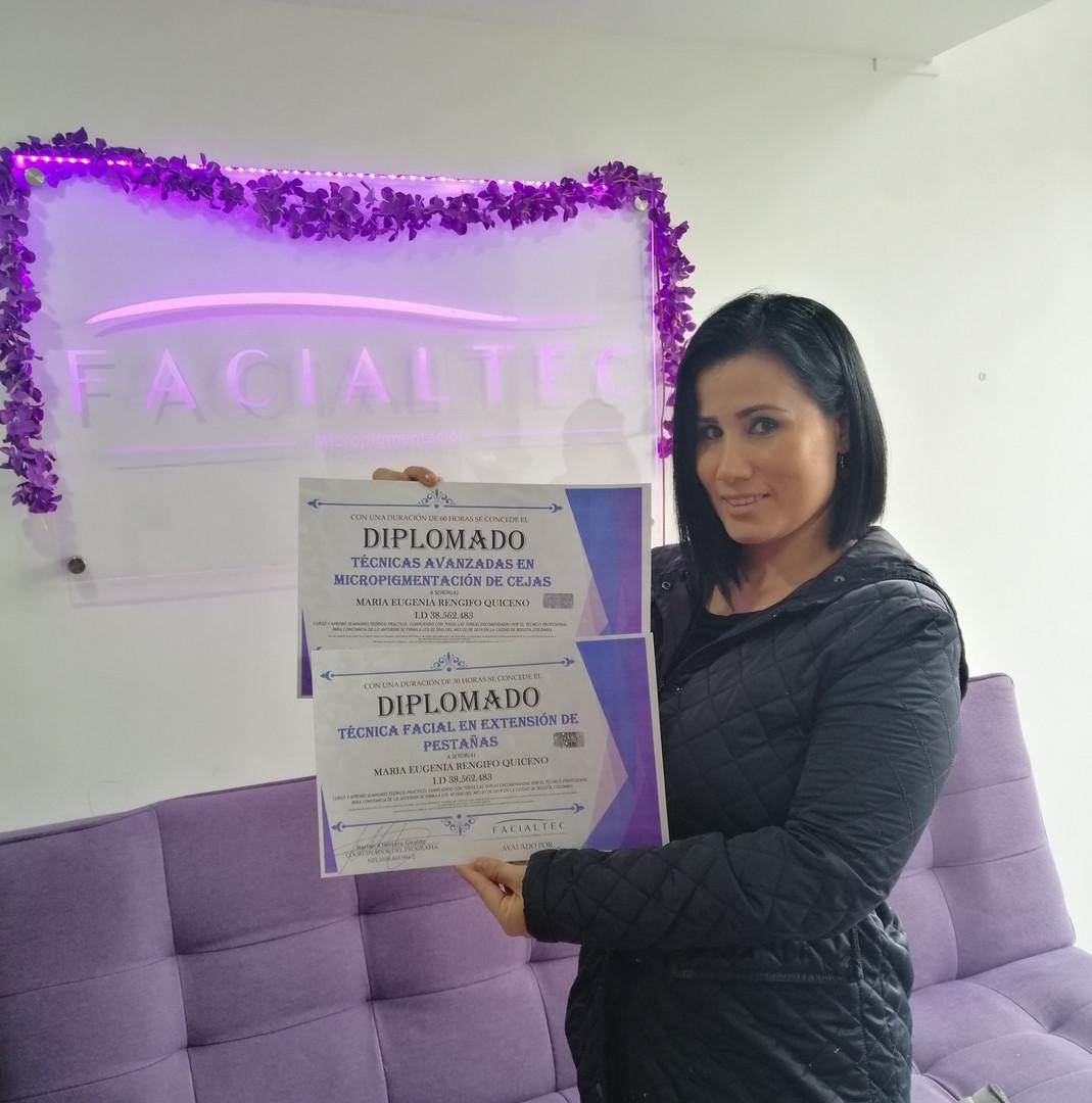 Estudiante de Curso micropigmentacion de cejas - Academia Facialtec
