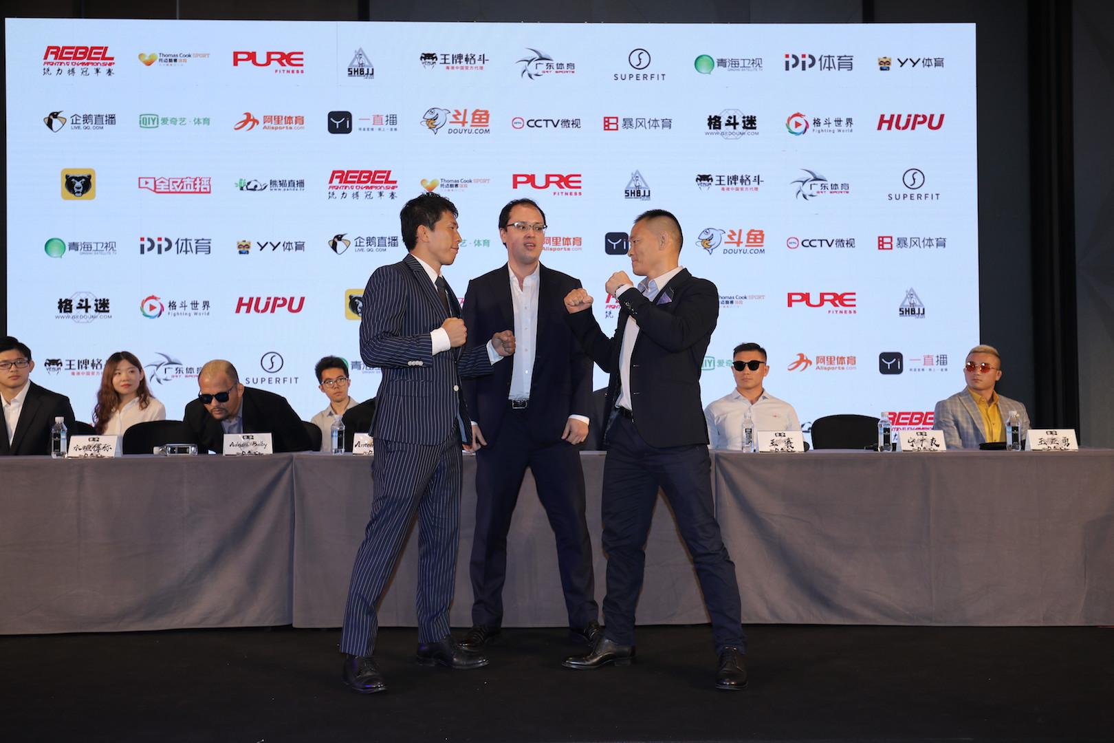 中国拳手宁广友与日本拳手水垣偉弥对峙