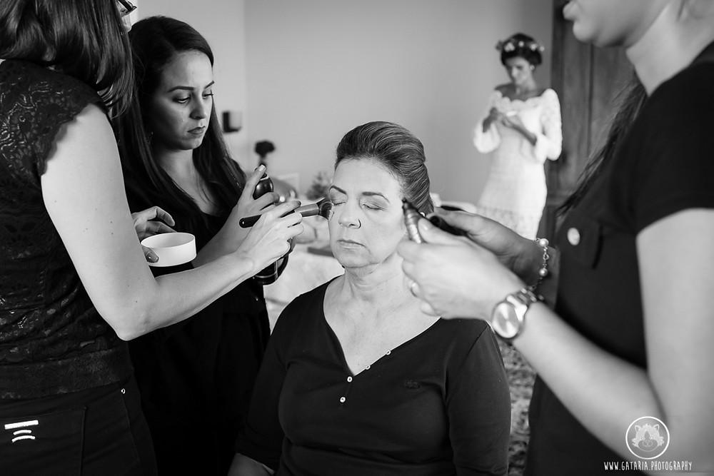 mãe da noiva se maquiando