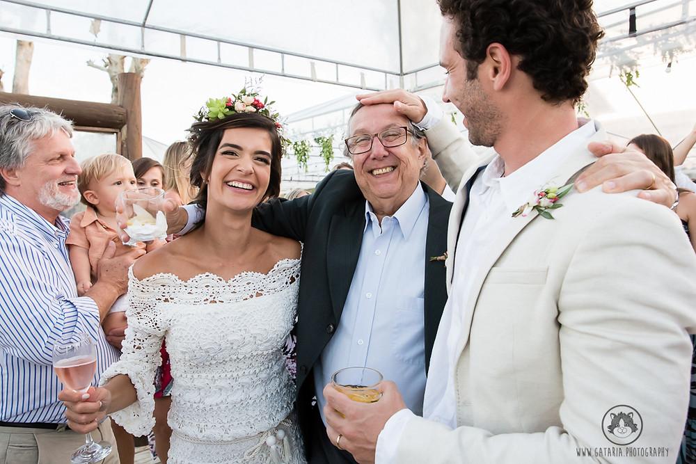 noivos com o pai do noivo