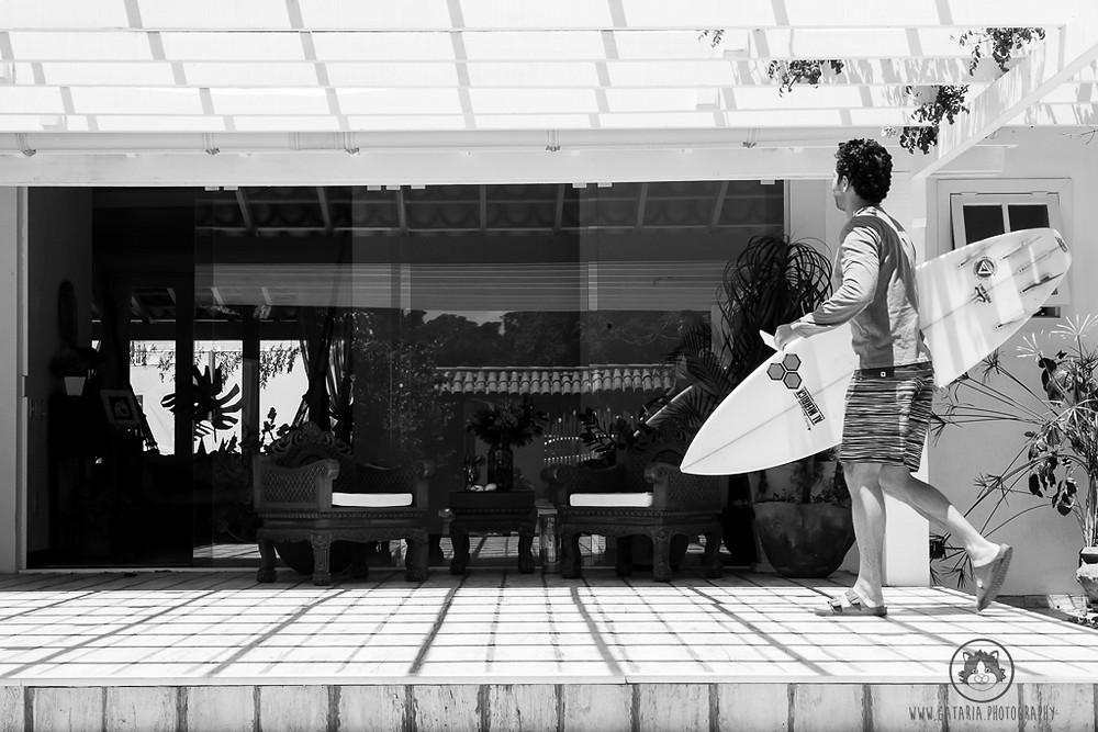 noivo com prancha de surf