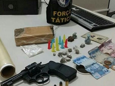 Homem é preso com arma e drogas
