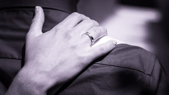 Ehering auf einem Hochzeitsfoto