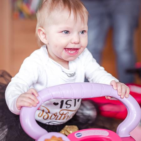 Babyfoto zeigt Baby beim spielen.jpg
