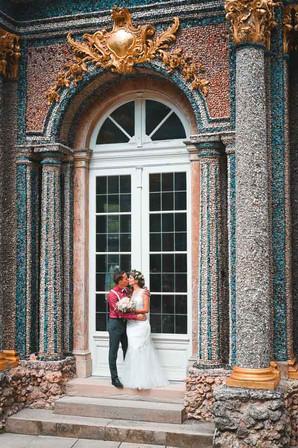 Hochzeitsfoto mit sich küssendem Brautpaar