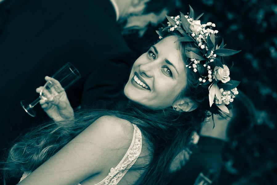 Ein tolles Hochzeitsfoto zeigt eine hübs