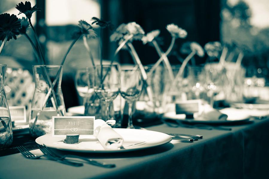 Hochzeitsfoto zeigt Tischdeko auf einer