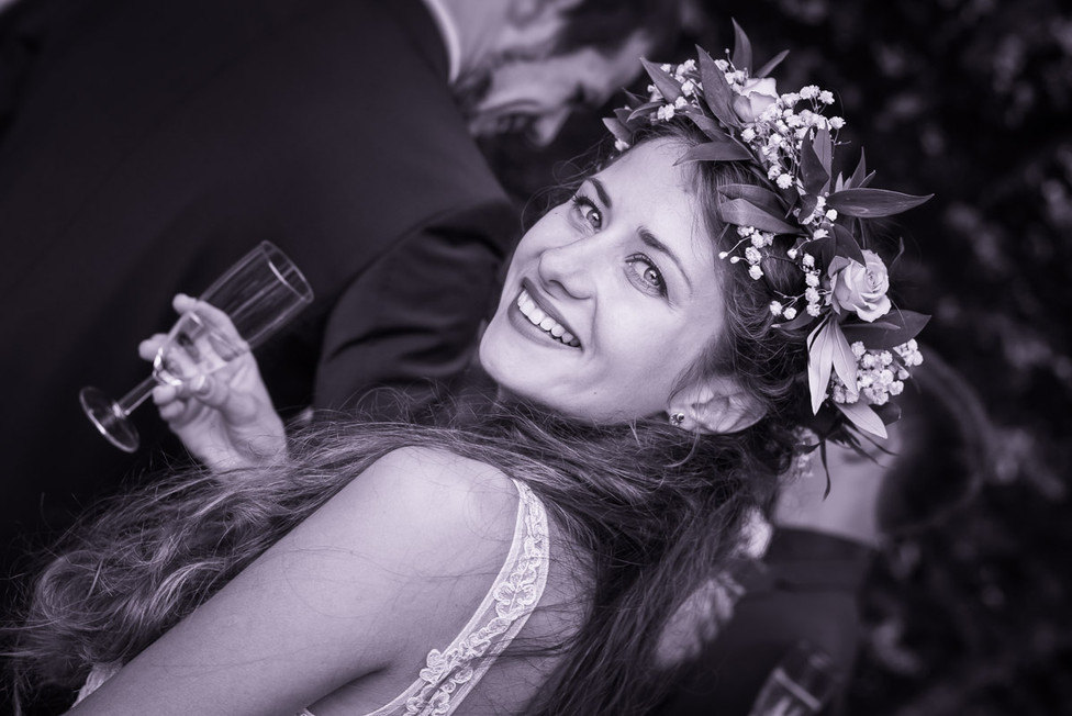 Hochzeitsfoto mit Braut und Kopfschmuck.