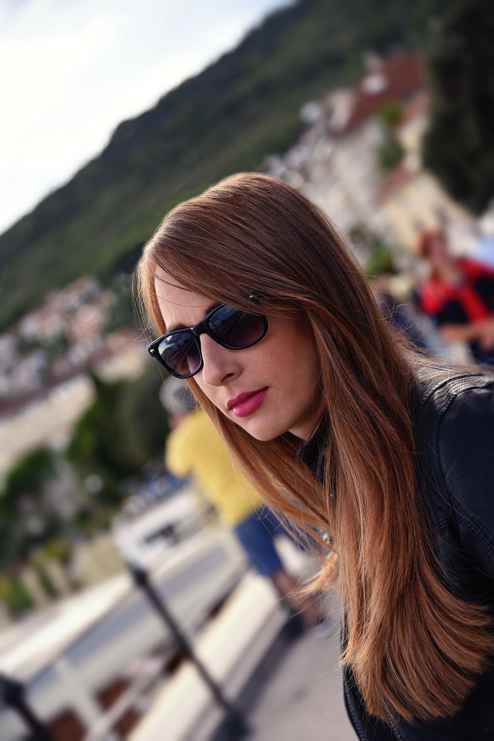 Hübsches Portrait einer Frau mit Sonnenbrille