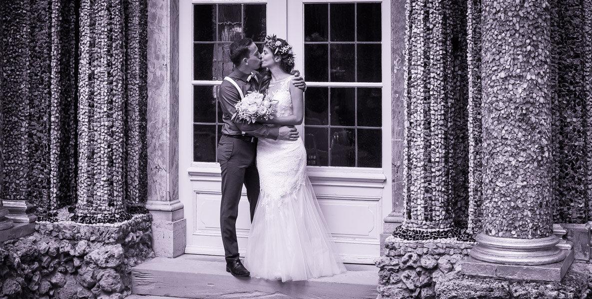 Hochzeitsfoto zeigt Brautpaar beim Kuss.