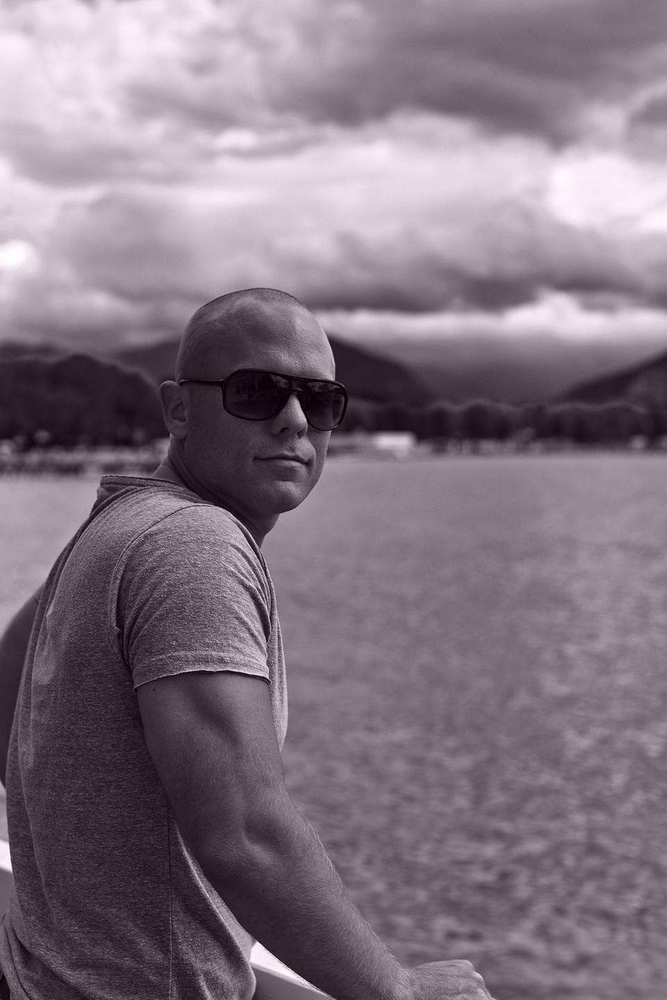 Mann auf Portrait vor Wörther See, Klagenfurt. Fotografiert von Capmore Photography