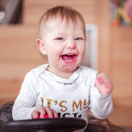 Babyfoto zeigt lachendes Baby.jpg